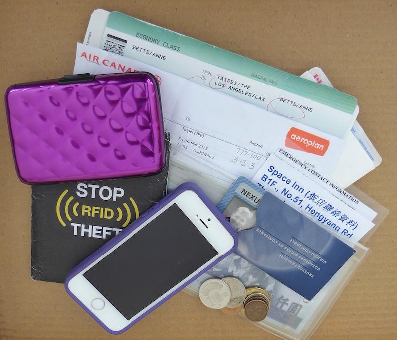 contents-travel-purse