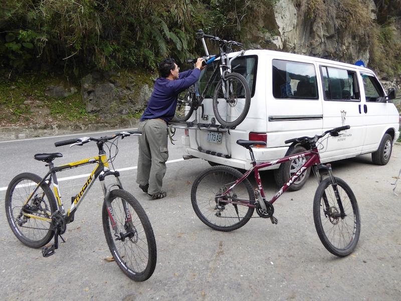 unloading-bikes-taroko-gorge