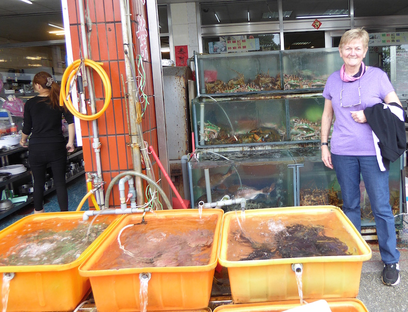 yehliu-restaurant-seafood-tanks